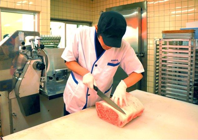 ステーキを切っています。